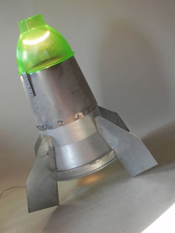 Fusée lumineuse rétrofuturiste, assemblage d'objets: gamelle et élément industrielle, abat jour vert .