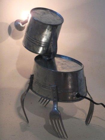 Sculpture animal à trompe et 4 pattes fourchette. Assemblage d'un arrosoir, une bassine et 4 morceaux de fourchettes.