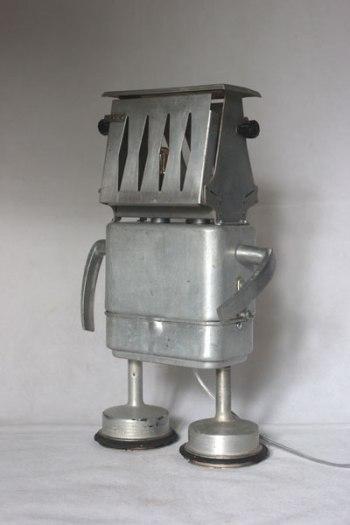 Lampe robot grille pain avec boite gamelle ancienne, filtre de cafetière et 2 clenches.