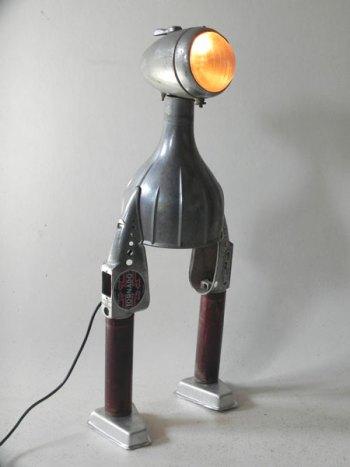 Sculpture lumineuse en fonte d'aluminium, assemblage d'éléments d'aspirateur un optique de vélo-moto et deux moules à glace.