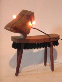 Chien lumineux en bois embauchoir et brosse. Assemblage d'un embauchoir, une brosse et quatres manches de fourchette à fondue.