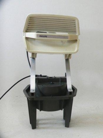 Recyclage lumineux d'aspirateur cassé. Sculpture.