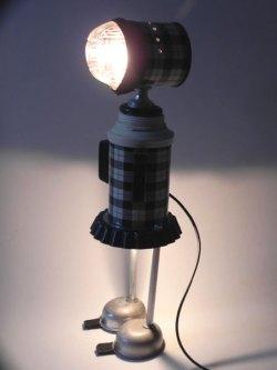 Fille lumineuse avec thermos vintage , ramequin, chambre à air, mini moules, poignées. Noir et blanc.