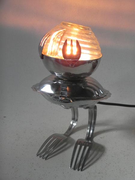Oiseau lumineux détournement cuisine. Assemblage: tasse, coupe, beurrier en forme de coquille, 4 fourchettes.