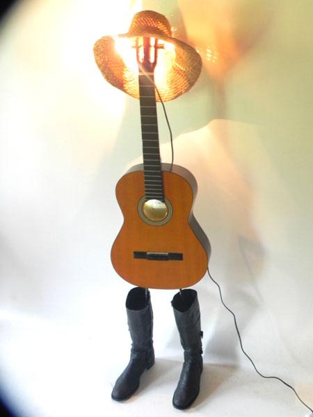 Sculpture guitare folk avec bottes. Lampe artistique.