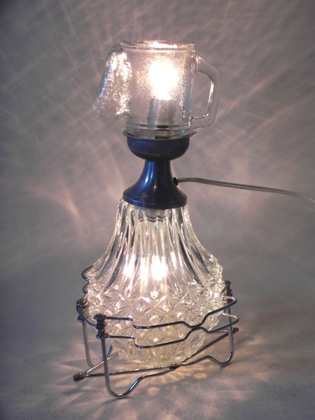 Détournement de verre assemblage de verrerie et broc. Personnage lumineux.