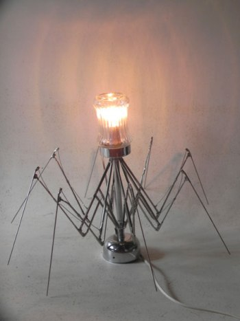 Sculpture lumineuse araignée parapluie avec un sucrier.