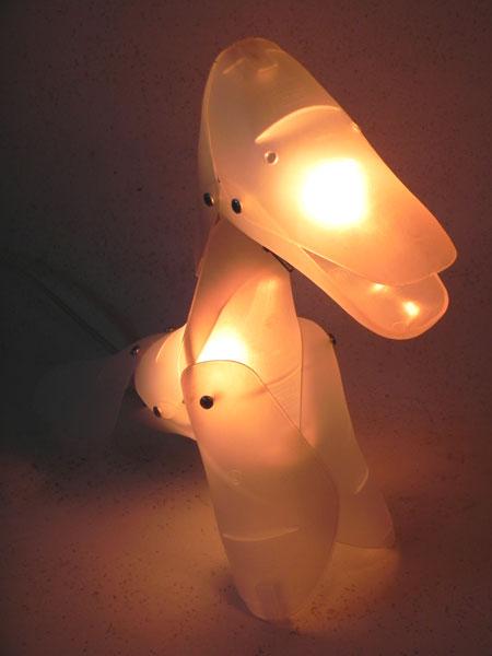 Chien, détournement d'embauchoirs IKEA. Sculpture lumineuse.