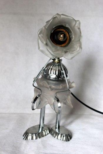 Roses lumineuses blanches en verre, assemblées avec deux coupes de sport, moules à barquettes, pince à escargot.