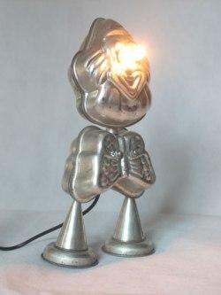 Personnage rigolo et lumineux en moules à gâteaux en forme de clown et papillon, cônes, mini-moules couronne.