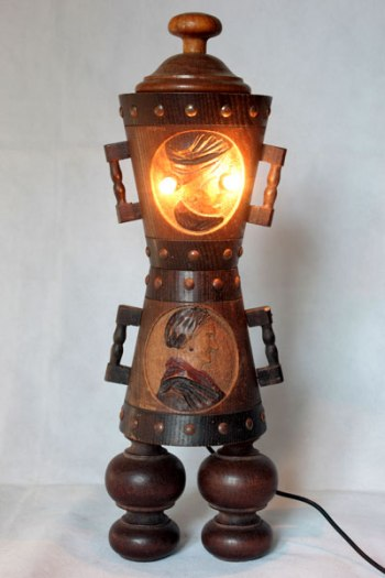 Sculpture d'objets populaires en bois, assemblage de pots décoratifs couple de paysans.