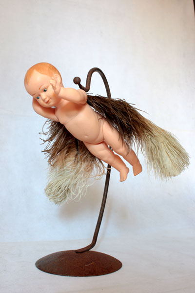 Bébé ailé, assemblage poétique sur un support en acier.