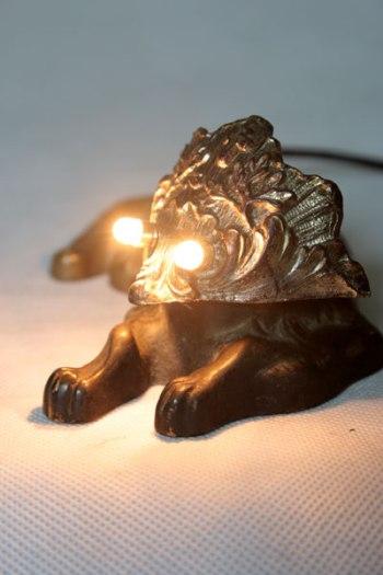 Sculpture lumineuse chien et bénitier. Assemblage curieux statue corps de chien et tête avec un élément de bénitier.