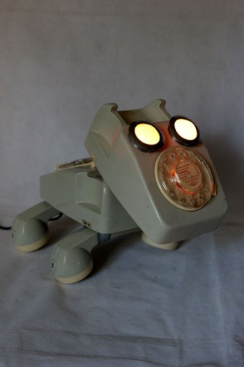 Animal téléphonique, assemblage de jouet vintage, détournement de jouets, recyclage de plastique. Gris et crème.