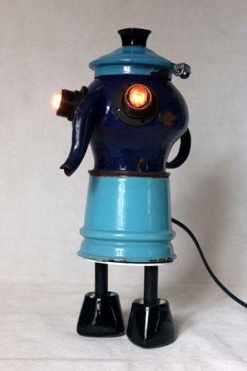 Personnage récup avec filtre de cafetière et théière en émail bleu, couvercle, poignées de robinet. Assemblage d'objets.