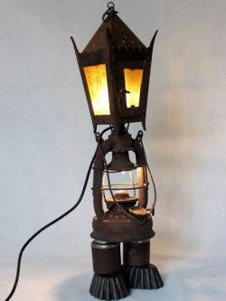 Détournement lanterne à bougie et à pétrole, pièces mécanique et moules à gâteaux. Assemblage métal rouillé, acier, verre.