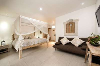 Sandat room with king bed and sofa bed