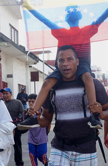 """López Obrador afirma que México seguirá """"conteniendo"""" la migración"""