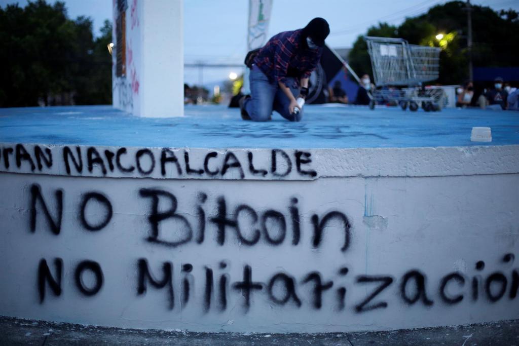 Jóvenes protestan contra el bitcóin y denuncian persecución en El Salvador