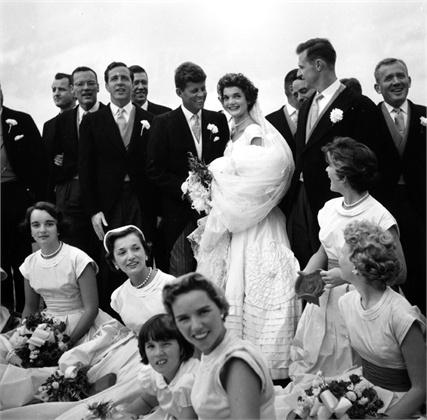 John Kennedy and Jackie's wedding, 1953. da/from www.vogue.it