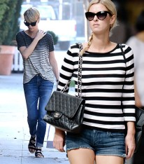 charlize theron & nicky hilton - con jeans