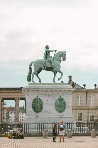 Statue sur la place Amelienborg à Copenhague