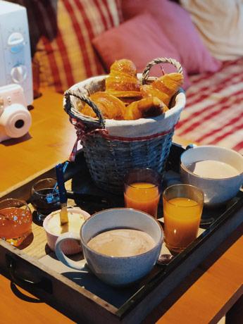 Le petit déjeuner dans la roulotte à Honfleur