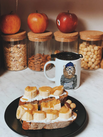 Toast yaourt au soja, banane et beurre de cacahuètes