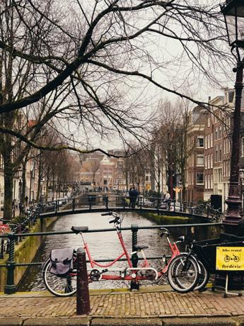 Admirer Amsterdam depuis les canaux