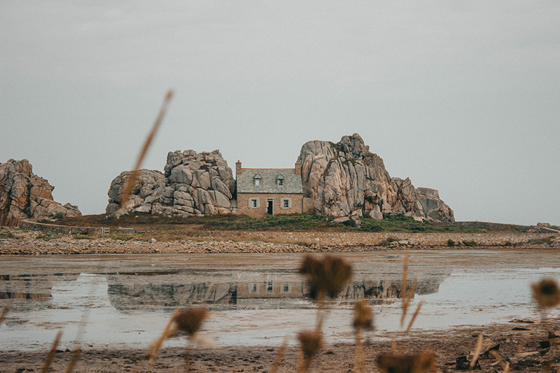 La maison entre deux rochers de Plougrescant en Bretagne