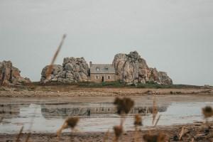 La maison entre deux rochers à Plougrescant dans les Côtes d'Armor