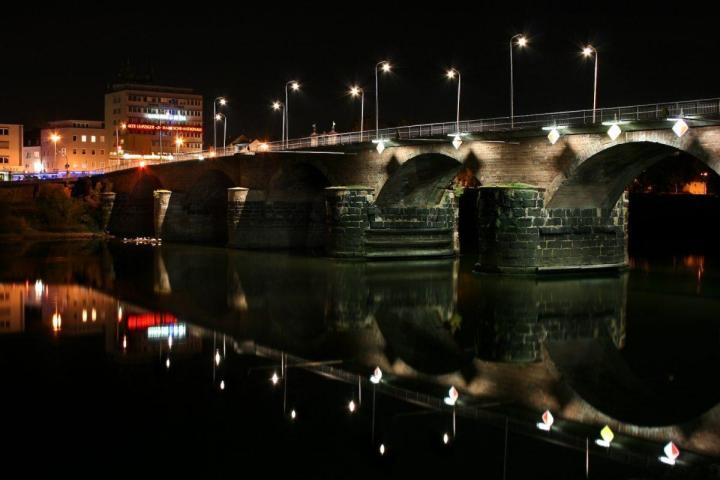 Römerbrücke at night (per Wikimedia
