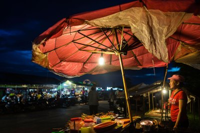 seller_cambodian_night_market