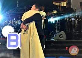 Amigos de longa data, Rui Orlando e Telma Lee trocam carinho em pleno show