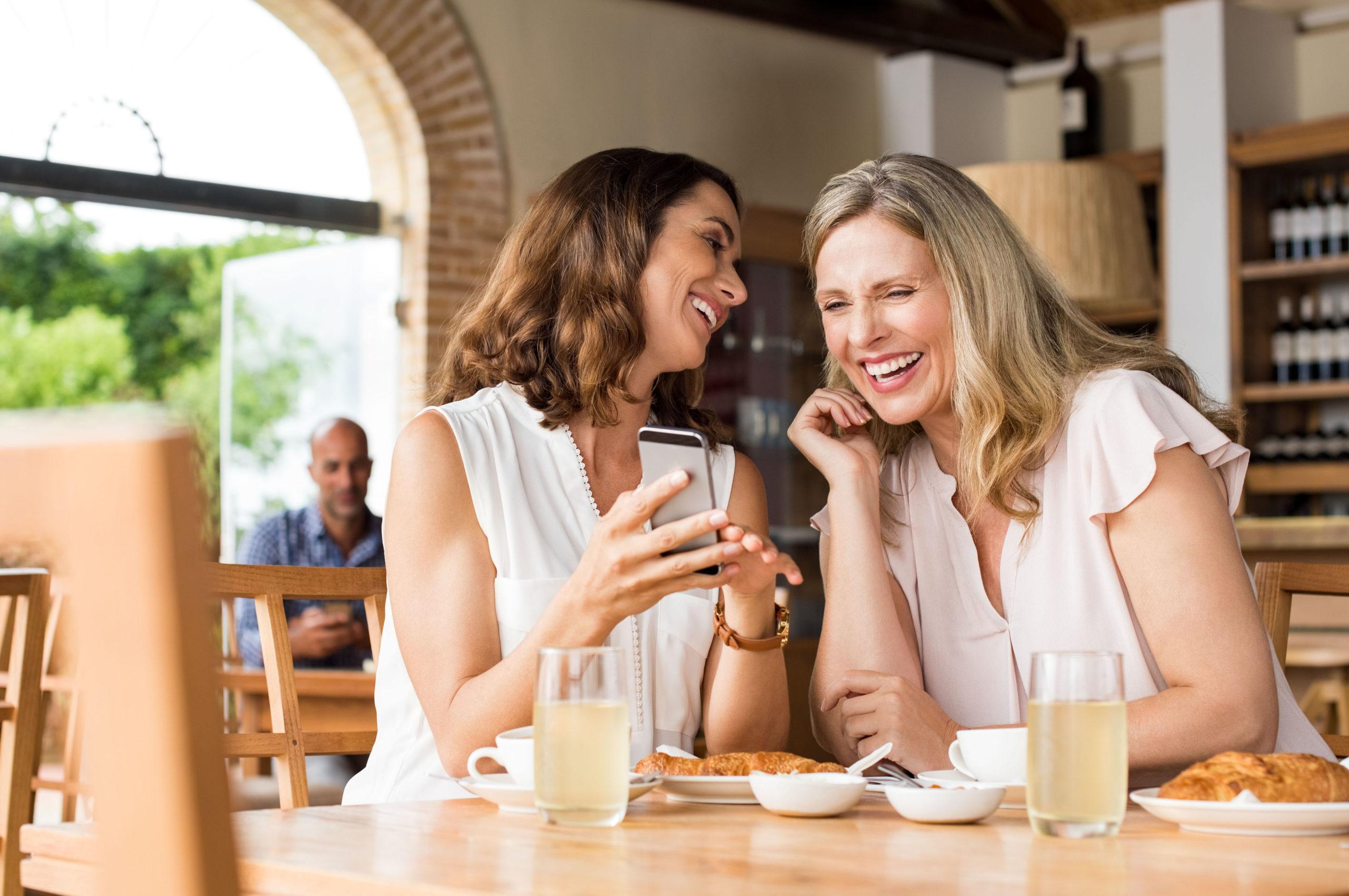 Freundinnen sprechen über die Altersvorsorge für Frauen