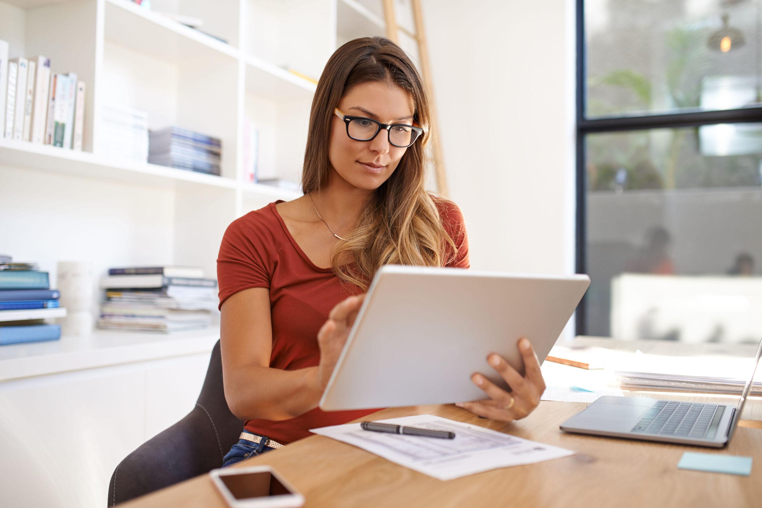Frau checkt betriebliche Altersvorsorge