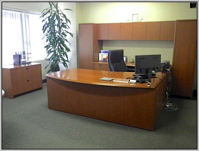 U Shaped Desk With Hutch In Middle