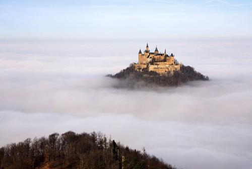 Thăm lâu đài tráng lệ giữa biển mây ở Đức - 1