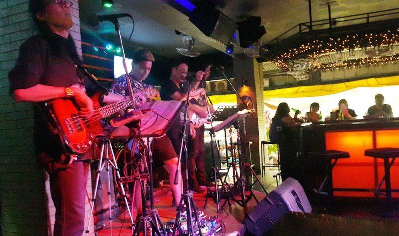 Vào bar nghe nhạc sống