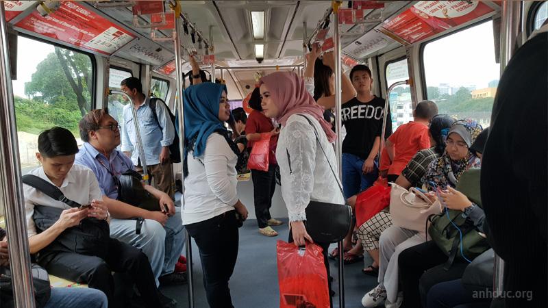 Bên trong tàu điện ở Malaysia