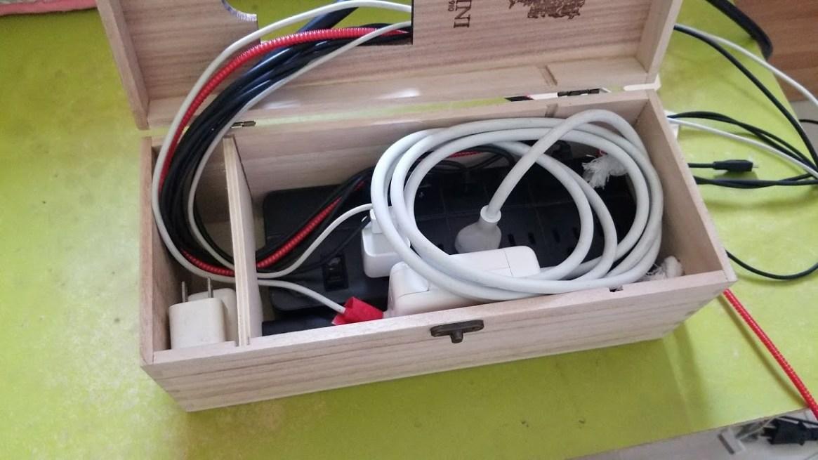 Ổ điện hiệu iClever Smart Power Strip và hộp rượu cũ