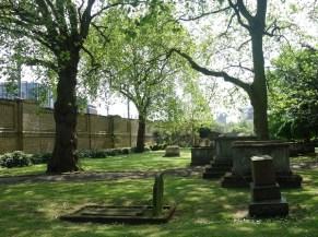 Drumrum noch mehr uralte Gräber. Oft schief, abgesunken, mit Moos überwachsen, Inschriften nicht mehr lesbar. Das sieht man oft in England. Man muss das nicht verstehen.
