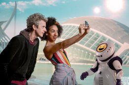 Doctor Who S10 E02 – Smile – The Doctor (PETER CAPALDI), Bill Potts (PEARL MACKIE) and Emojibot © BBC
