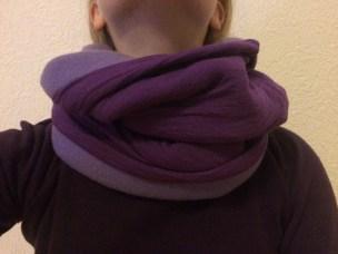 lila Loop mit zwei verschiedenen Stoffen und zwei lilafarbenen Tönen