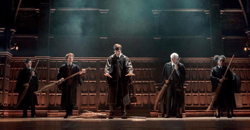 Cinco alunos em Hogwarts numa aula de vôo. Ao centro, Alvo Severo Potter tenta levantar a sua vassoura no ar, enquanto todo o resto já conseguiu. Entre eles, Escórpio Malfoy e Rose Granger-Weasley.
