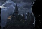 Ao longe, à noite, dementadores observam Hogwarts.