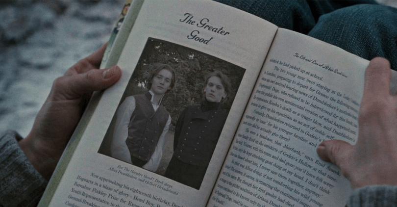 Em uma cena de Relíquias da Morte - Parte 1, Hermione observa uma página de um livro com uma foto de dois adolescentes.