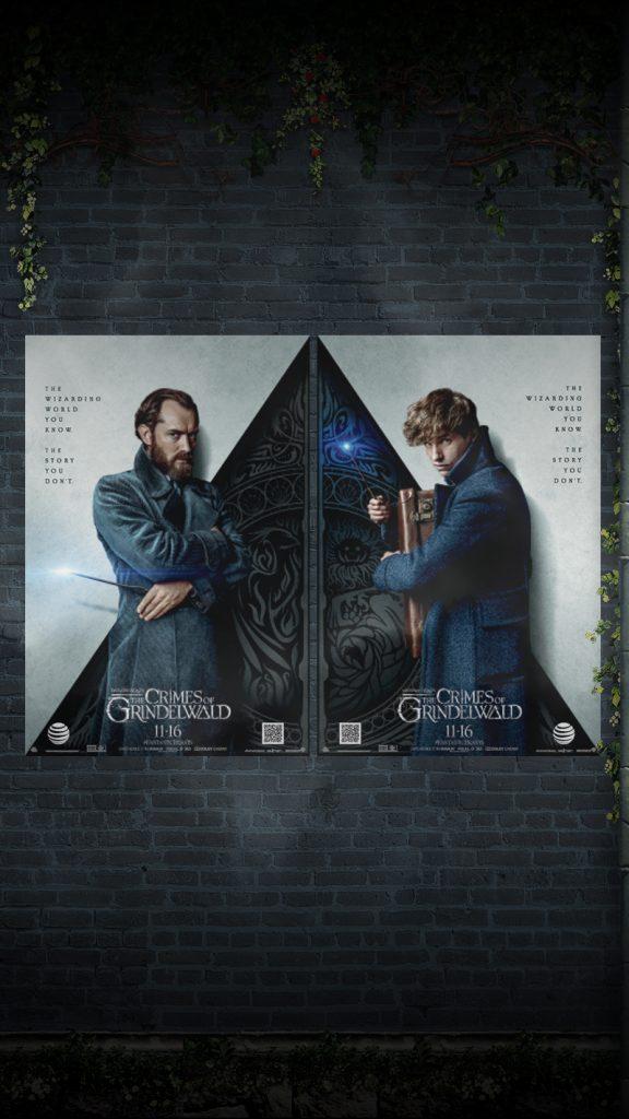 """Flores e folhas ornamentam os cantos de uma parede com dois pôsteres: De um lado, vemos Dumbledore. Metade do pôster, cortado pela diagonal, é clara, e a outra metade é escura e contém arabescos diversos. Vemos a frase """"O mundo bruxo que você conhece. A história que você desconhece"""". Do outro lado, vemos Newt abraçado com sua maleta. Da mesma forma, seu pôster é dividido pela metade e tem a mesma frase. Os dois juntos, lado a lado, parecem formar o símbolo das Relíquias da Morte"""
