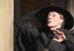 Foto de McGonagall olhando para cima assustada e segurando o chapéu.