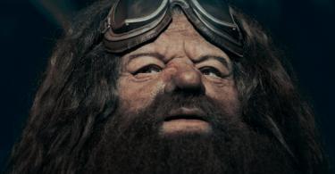 Hagrid com seus óculos de proteção de motoqueiro em sua testa.